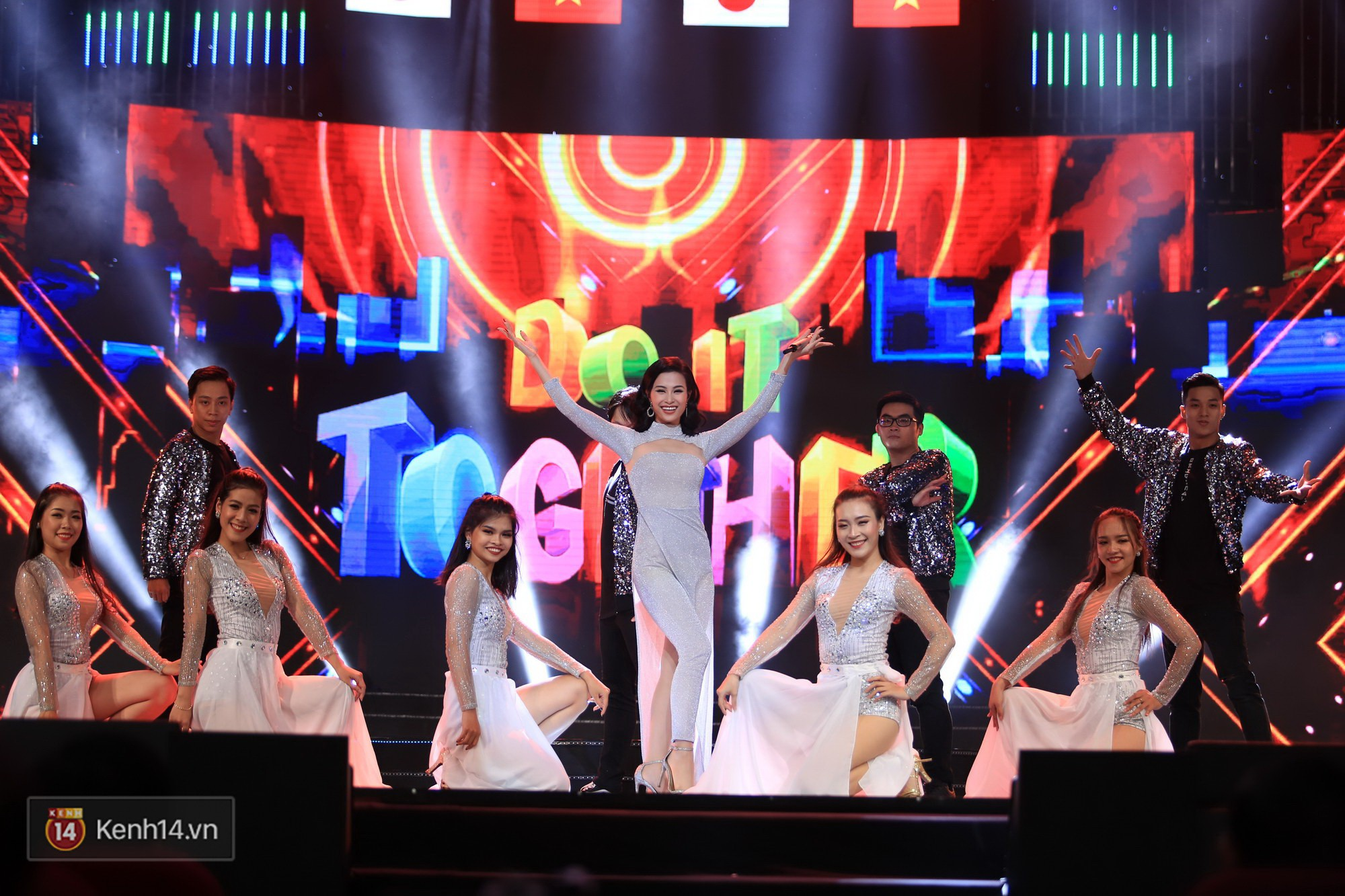 Clip: Đông Nhi và hiện tượng âm nhạc thế giới Bút dứa - Táo bút đốt cháy sân khấu bằng loạt hit đình đám - Ảnh 4.
