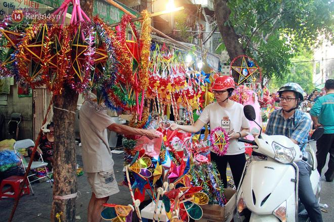 Phố Hàng Mã rục rịch mùa Trung thu: Hàng Trung Quốc vắng bóng, lồng đèn truyền thống lên ngôi - Ảnh 11.