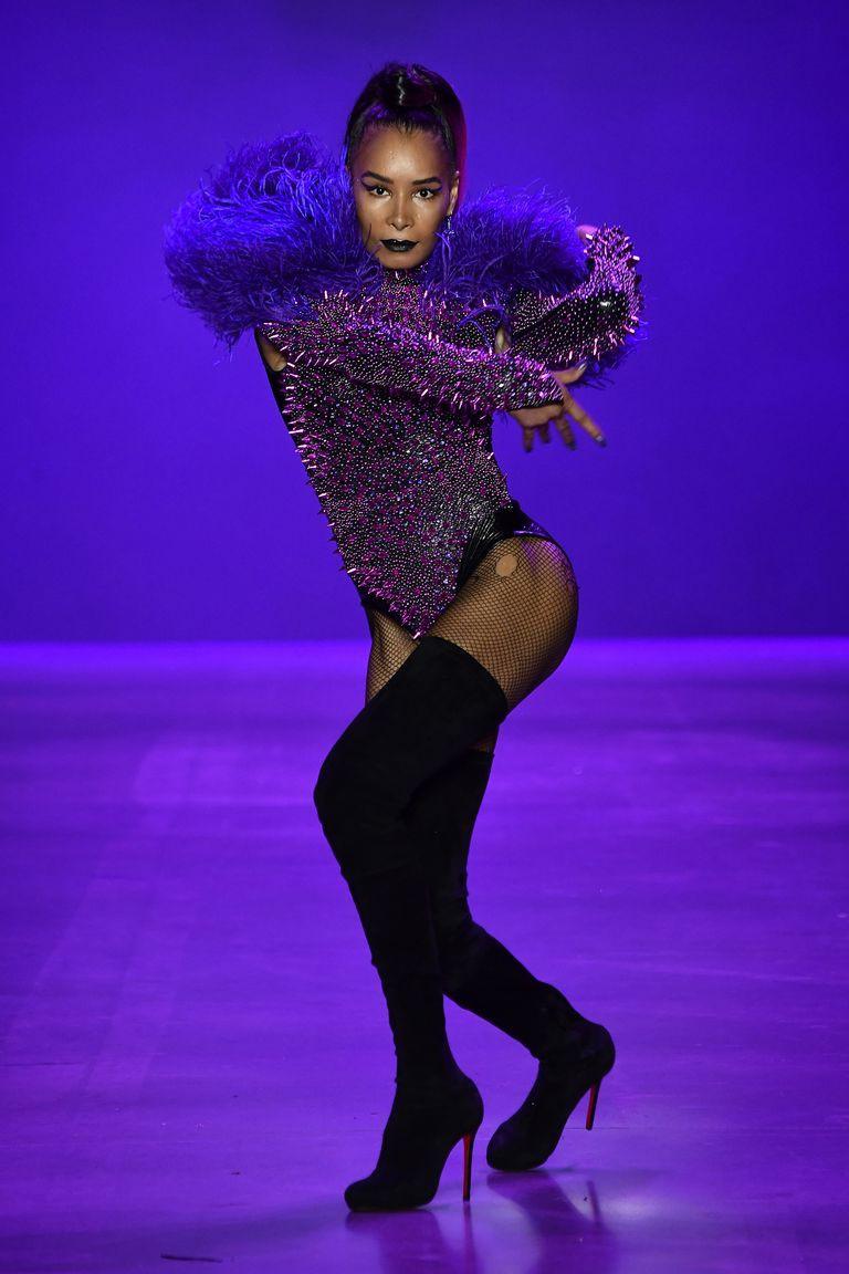 Màn trình diễn catwalk thót tim nhất NYFW: người mẫu vừa đi vừa nhảy giật đùng đùng rồi bất thình lình ngã xuống - Ảnh 6.