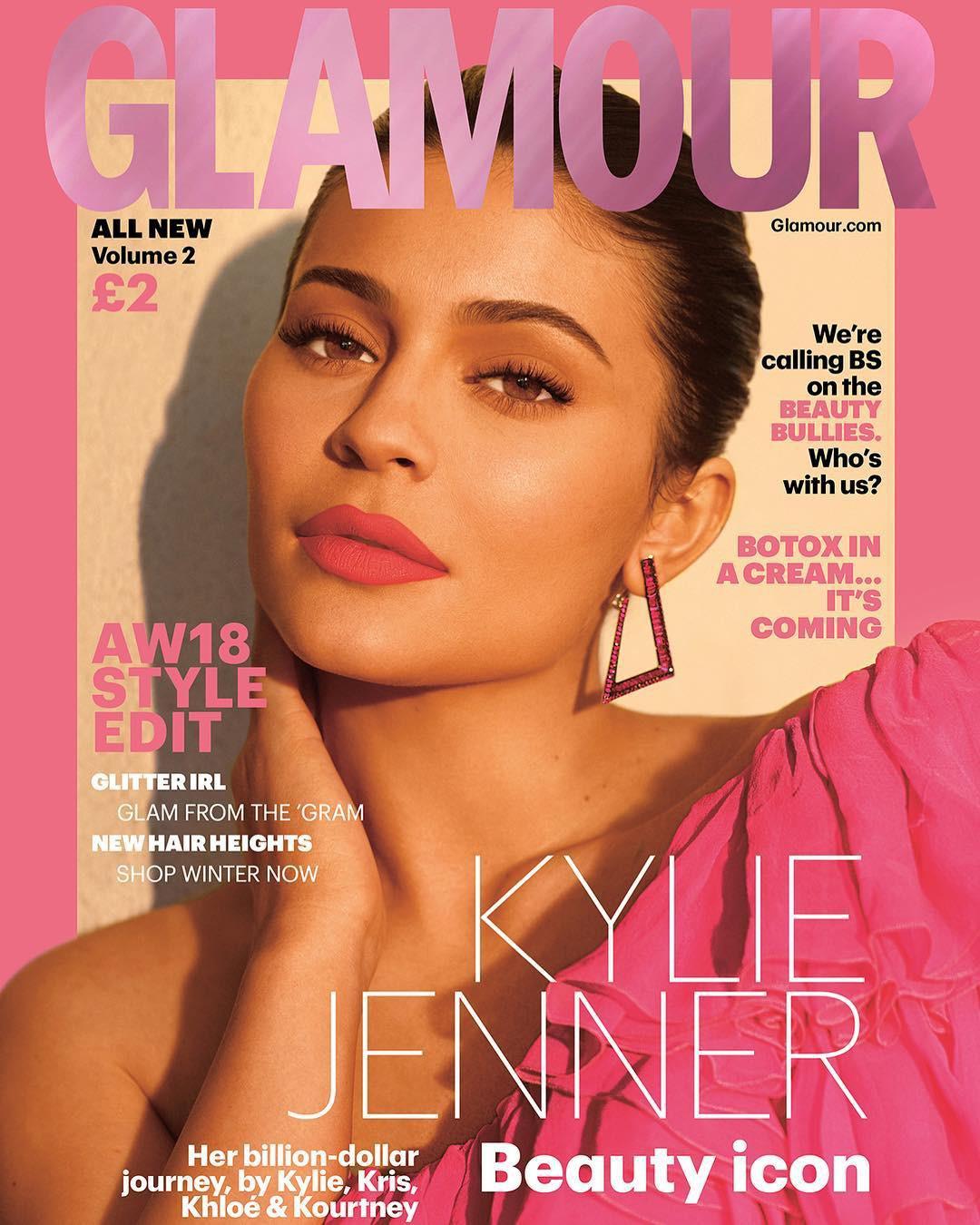 Rút bớt filler ra khỏi môi, Kylie Jenner như biến hình thành người khác mà vẫn xinh đẹp lung linh - Ảnh 2.