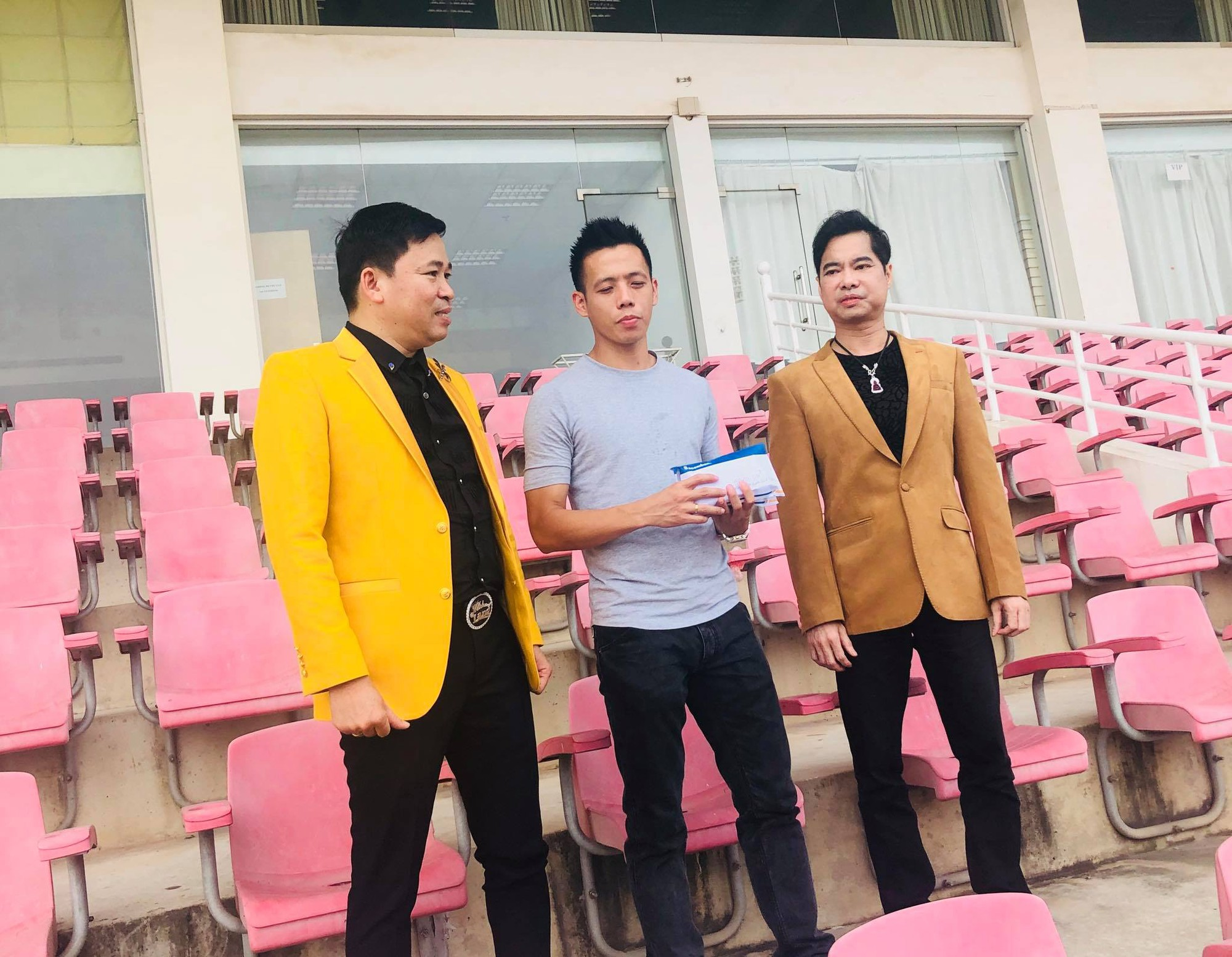 Cầu thủ Olympic Việt Nam tặng 250 triệu đồng cho đội tuyển nữ Việt Nam - Ảnh 1.
