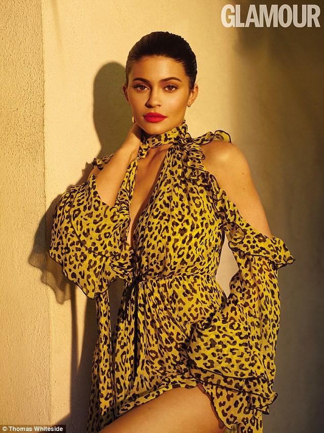 Rút bớt filler ra khỏi môi, Kylie Jenner như biến hình thành người khác mà vẫn xinh đẹp lung linh - Ảnh 4.
