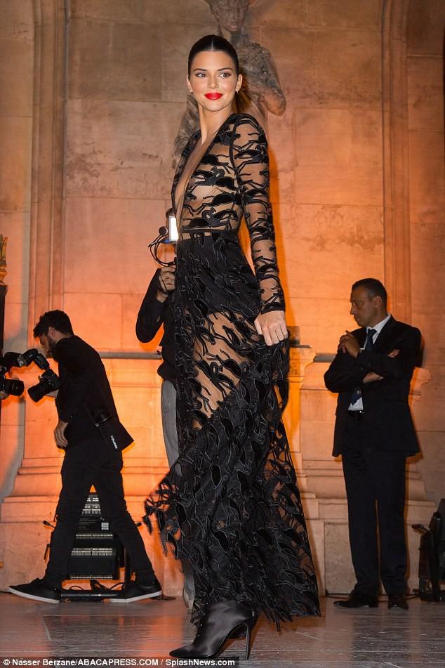 Mặc áo trong suốt, Kendall Jenner lộ cả nhũ hoa trước hàng trăm con mắt - Ảnh 2.