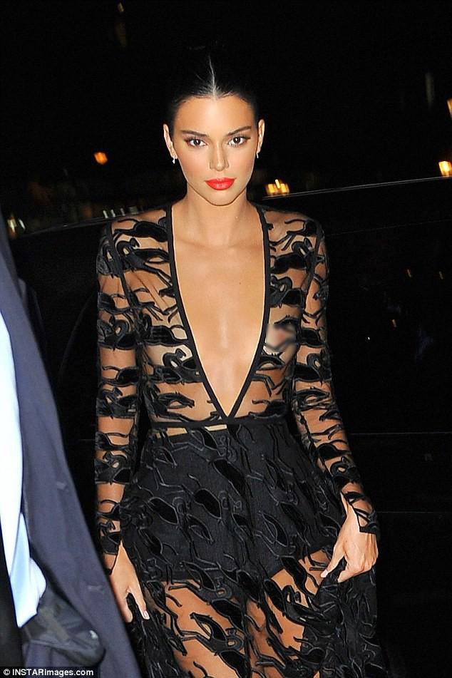 Mặc áo trong suốt, Kendall Jenner lộ cả nhũ hoa trước hàng trăm con mắt - Ảnh 6.