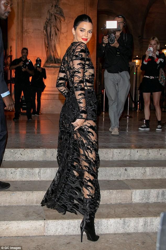 Mặc áo trong suốt, Kendall Jenner lộ cả nhũ hoa trước hàng trăm con mắt - Ảnh 3.
