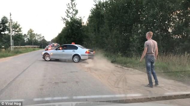 Câu chuyện ở Nga: Khách vứt chai nước ra đường, tài xế taxi vứt luôn khách ra khỏi xe - Ảnh 5.