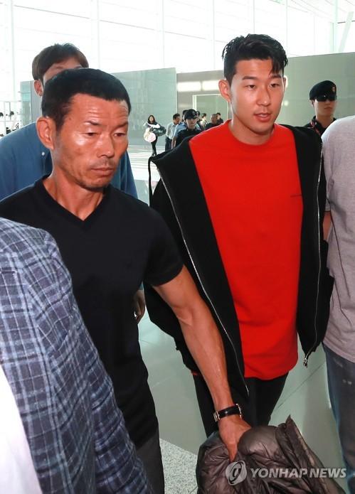 Không cờ quạt băng-rôn, không fan nữ hò hét, Son Heung-min cùng người cha lặng lẽ rời Hàn Quốc - Ảnh 2.
