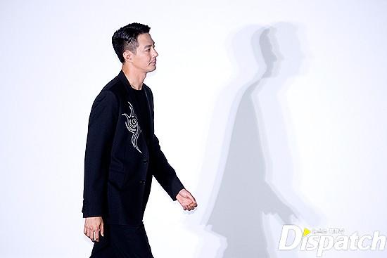 Đi họp báo phim, tài tử Jo In Sung gây sốt với... cái bóng hiện trên tường của mình - Ảnh 3.