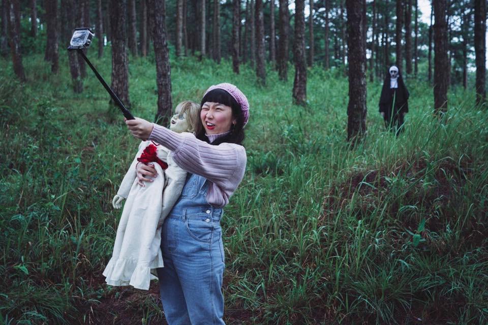 Bộ ảnh: Trên con xe tay ga, cô gái đưa Valak và Annabelle đi trốn nơi xa - Ảnh 8.