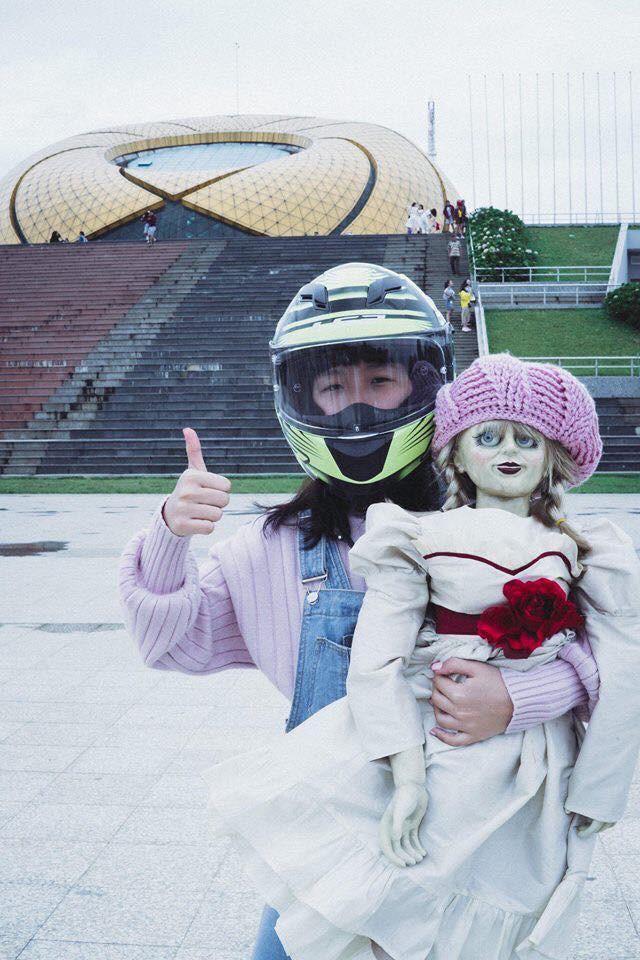 Bộ ảnh: Trên con xe tay ga, cô gái đưa Valak và Annabelle đi trốn nơi xa - Ảnh 3.