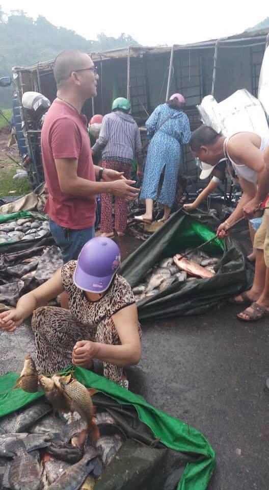 Xe tải chở cá bị lật, nhiều người dân Hòa Bình giúp đỡ thu gom cá vương vãi trên đường rồi mua ủng hộ tài xế - Ảnh 2.