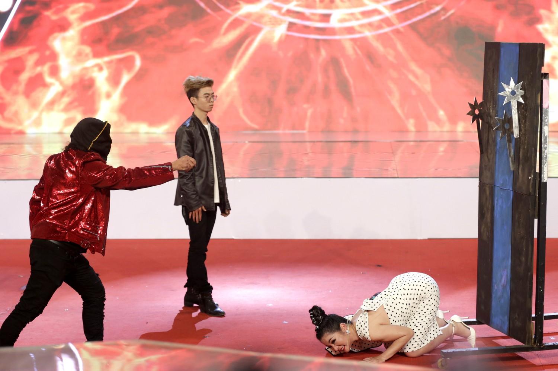 Danh hài Thúy Nga bò rạp trên sân khấu  vì quá sợ hãi trong Kỳ tài lộ diện 2018