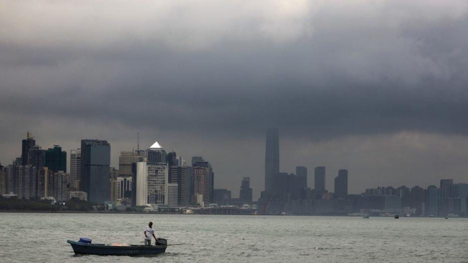 Siêu bão lịch sử đổ bộ Hong Kong, người dân vội vã tích trữ lương thực để cầm cự - Ảnh 3.