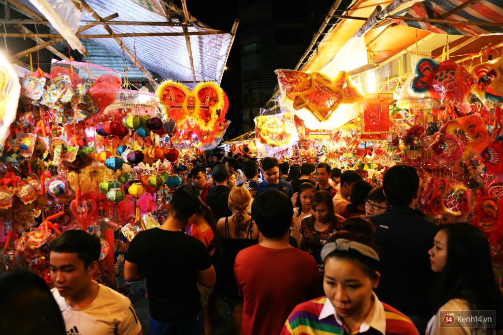 Chủ các gian hàng ở phố lồng đèn Sài Gòn than trời vì... ế: Khách chen chúc để chụp hình chứ không ai mua - Ảnh 2.