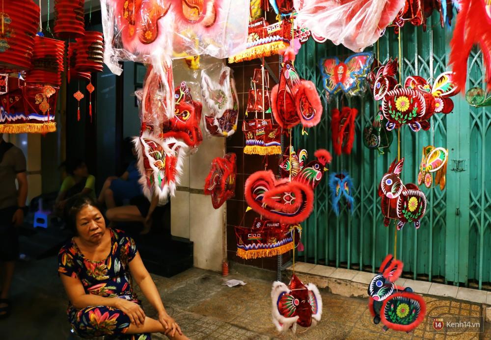 Chủ các gian hàng ở phố lồng đèn Sài Gòn than trời vì... ế: Khách chen chúc để chụp hình chứ không ai mua - Ảnh 4.