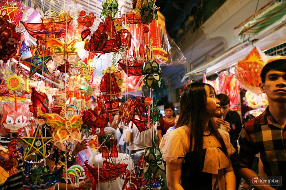 Chủ các gian hàng ở phố lồng đèn Sài Gòn than trời vì... ế: Khách chen chúc để chụp hình chứ không ai mua - Ảnh 11.