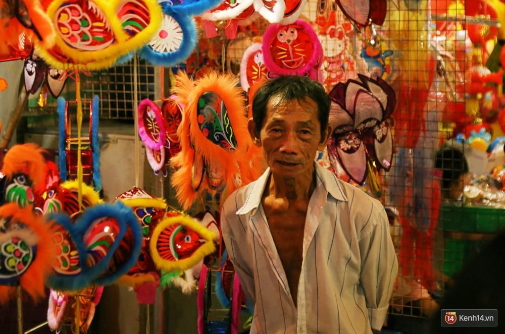 Chủ các gian hàng ở phố lồng đèn Sài Gòn than trời vì... ế: Khách chen chúc để chụp hình chứ không ai mua - Ảnh 5.