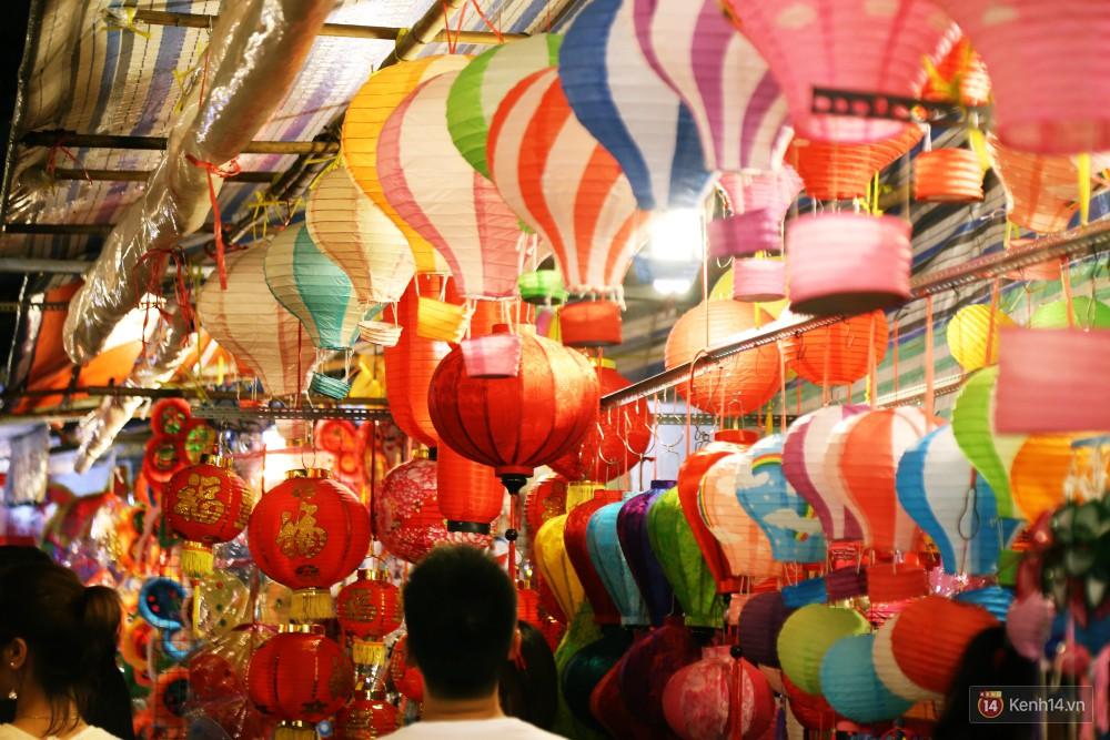 Chủ các gian hàng ở phố lồng đèn Sài Gòn than trời vì... ế: Khách chen chúc để chụp hình chứ không ai mua - Ảnh 8.