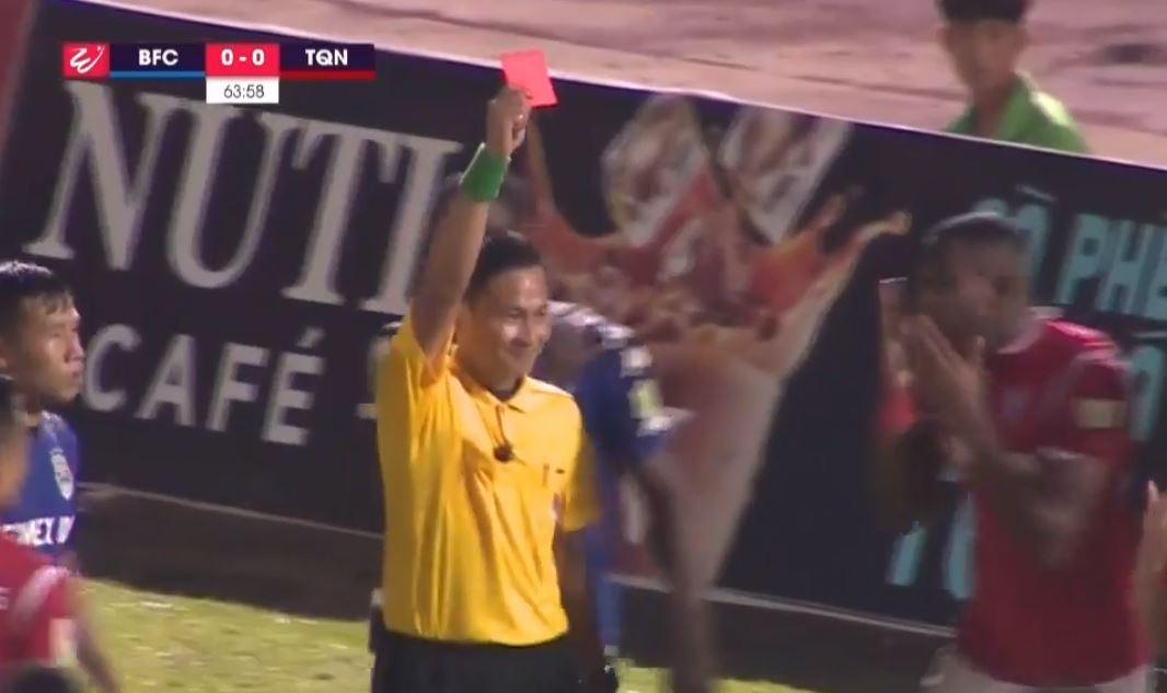 Trọng tài V.League lại gây phẫn nộ với những quyết định khó hiểu trên sân Bình Dương - Ảnh 1.