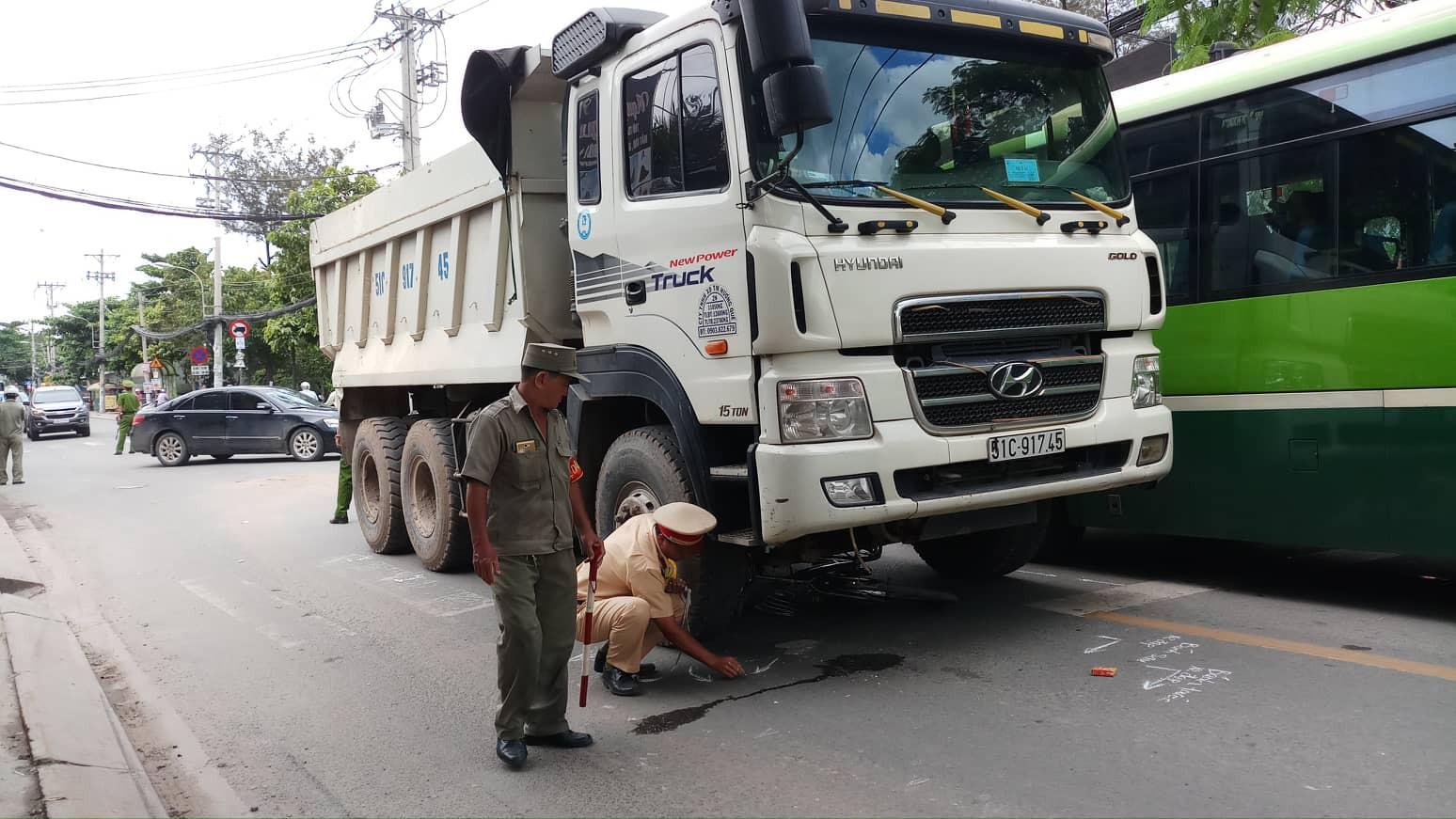 Va chạm với xe ben, cụ ông bị bánh xe cán qua người tử vong ở Sài Gòn - Ảnh 1.