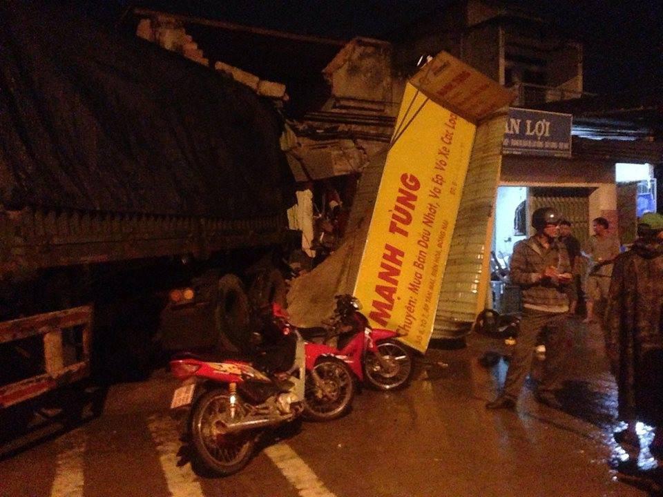 Xe container tông gần 10 xe máy rồi làm sập cửa hàng sửa xe, nhiều người thoát chết - Ảnh 1.