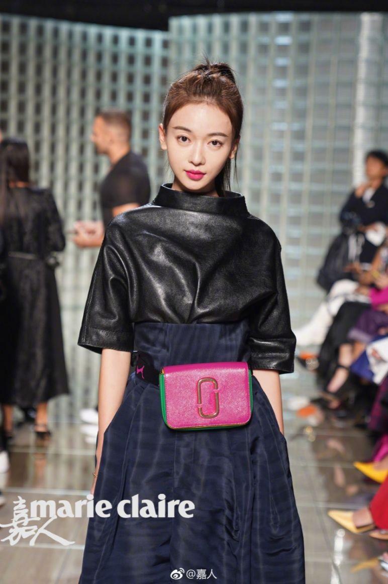 """Ngô Cẩn Ngôn tại New York Fashion Week: Là thiếu khí chất đến mờ nhạt hay """"thiên nga đen"""" sang chảnh? - Ảnh 7."""