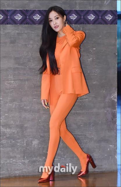 Hyomin và bộ trang phục trông như cosplay củ cà rốt khi xuất hiện tại M!Countdown - Ảnh 2.