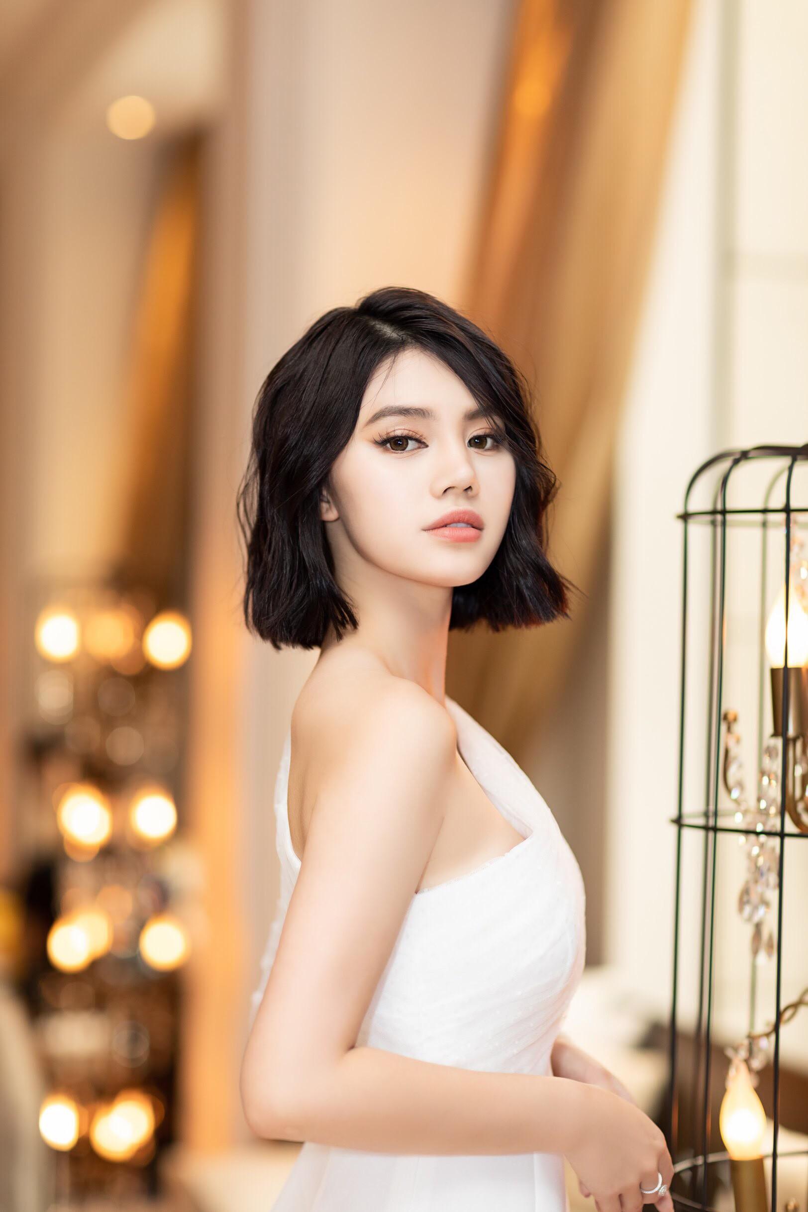Thẳng tay cắt bỏ mái tóc dài để 20 năm, Hoa hậu Jolie Nguyễn vẫn gây thương nhớ với tóc ngắn cá tính - Ảnh 4.