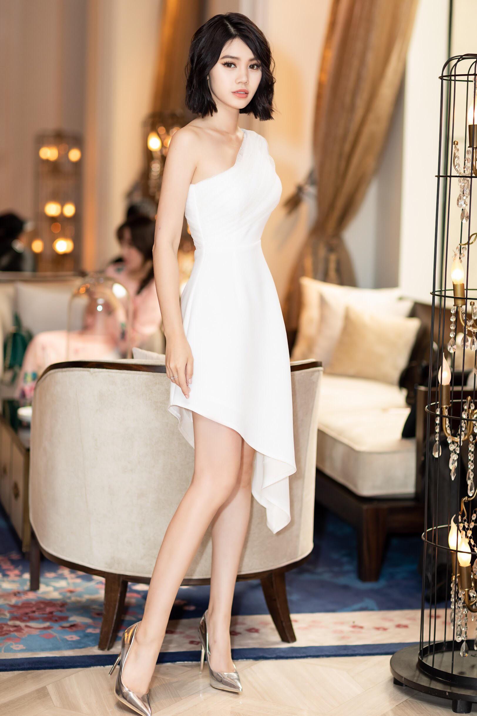 Thẳng tay cắt bỏ mái tóc dài để 20 năm, Hoa hậu Jolie Nguyễn vẫn gây thương nhớ với tóc ngắn cá tính - Ảnh 2.
