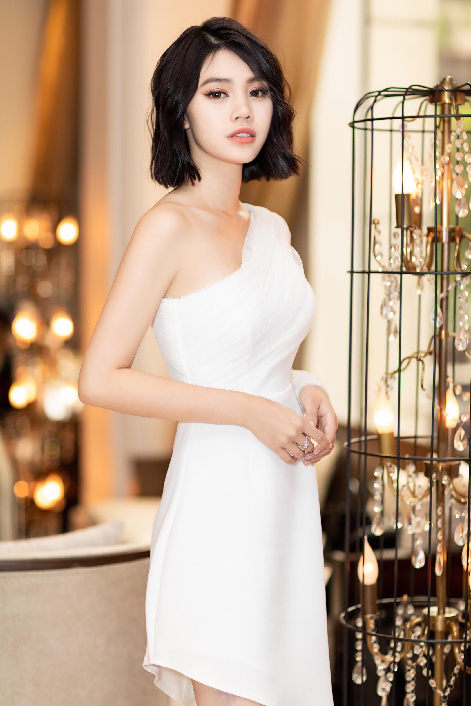 Thẳng tay cắt bỏ mái tóc dài để 20 năm, Hoa hậu Jolie Nguyễn vẫn gây thương nhớ với tóc ngắn cá tính - Ảnh 3.