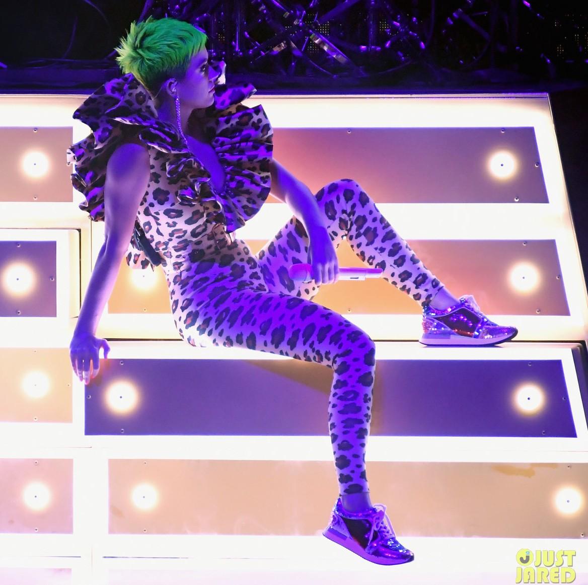 Katy Perry khoe tóc xanh như tàu lá chuối, nhưng điều đáng chú ý hơn là bộ đồ diễn từ NTK Công Trí - Ảnh 2.