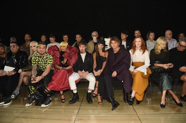 Drama đỉnh điểm: Giới thạo tin đồn Marc Jacobs cố tình bắt khách chờ 90 phút để không tới dự được show Rihanna - Ảnh 1.