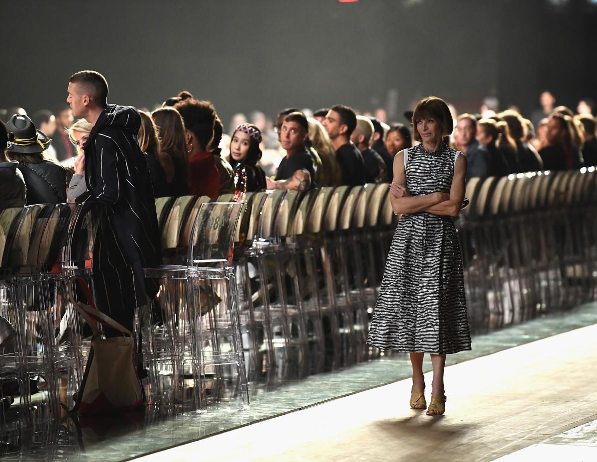 Drama đỉnh điểm: Giới thạo tin đồn Marc Jacobs cố tình bắt khách chờ 90 phút để không tới dự được show Rihanna - Ảnh 2.