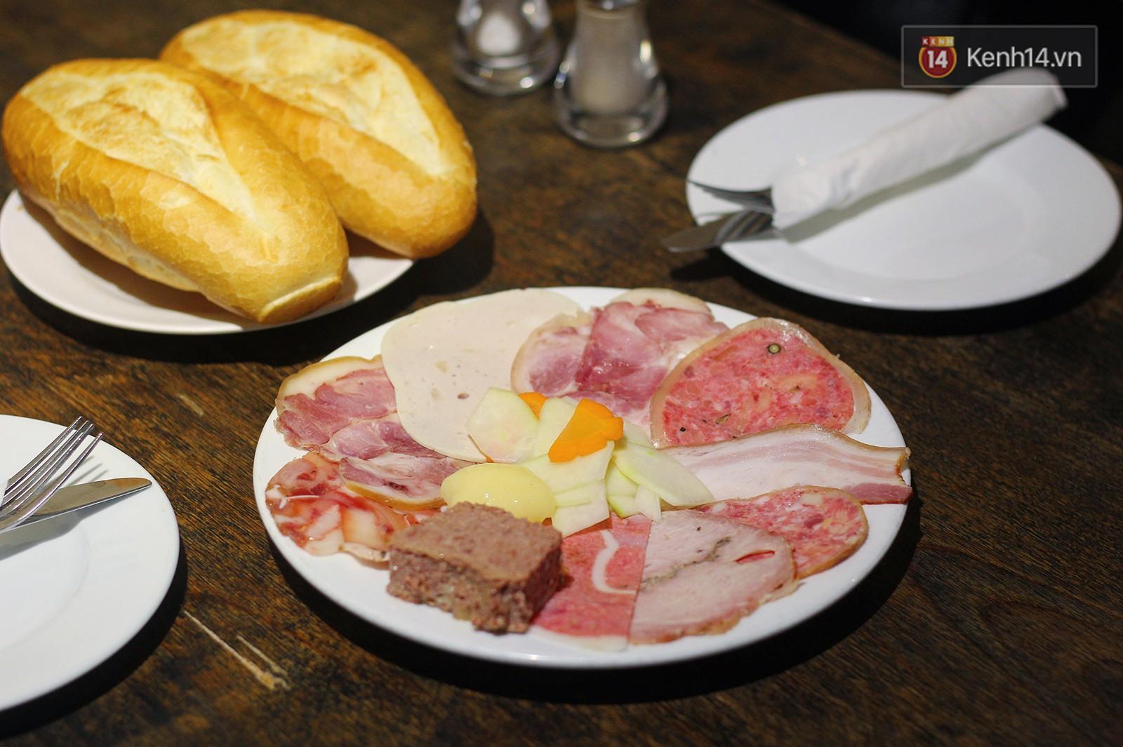Hàng bánh mì xưa và đắt bậc nhất Hà Nội có món pate gan ngỗng trứ danh, đến giờ vẫn nổi và được nhiều người yêu thích - Ảnh 3.