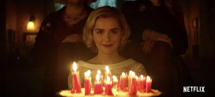 Cô phù thuỷ nhỏ Sabrina mừng sinh nhật 16 tuổi bằng phiên bản Netflix rùng rợn - Ảnh 6.