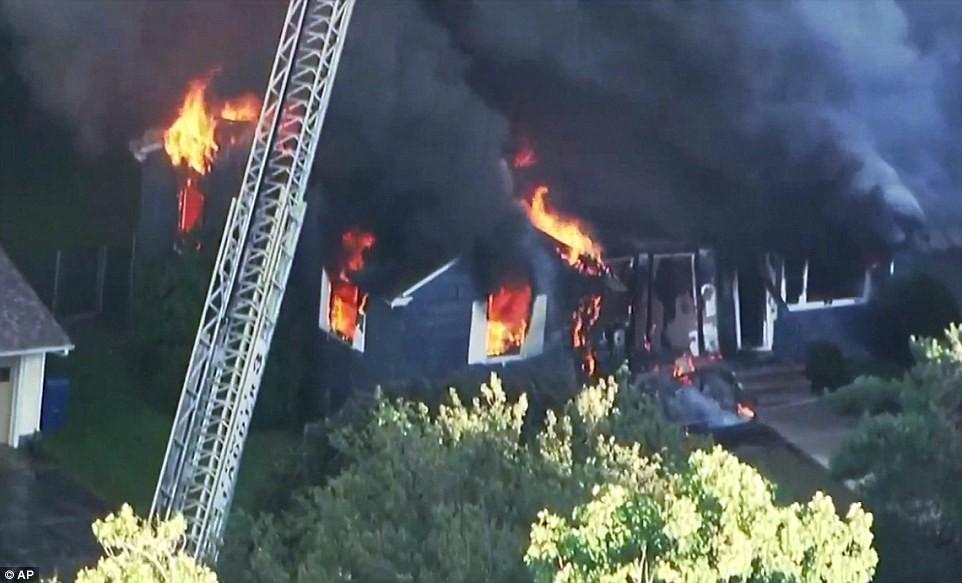 Hiện trường vụ 70 ngôi nhà cháy ngùn ngụt ở Mỹ nghi do nổ đường ống dẫn ga - Ảnh 2.