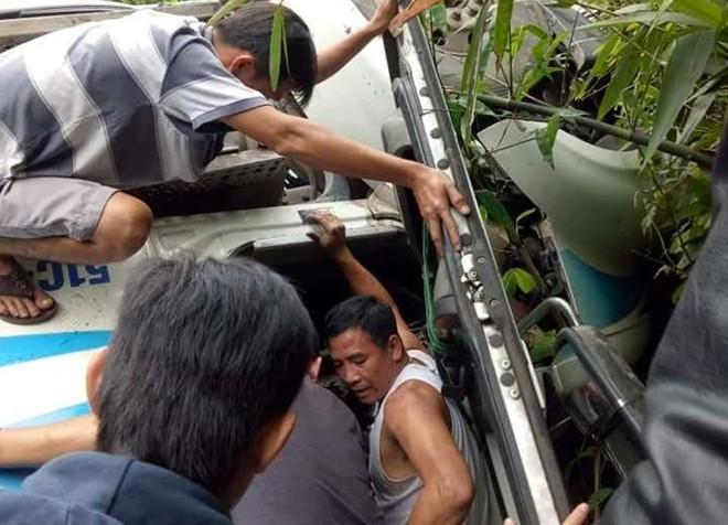 Container lao vào vách núi, người dân đập cửa giải cứu tài xế - Ảnh 1.