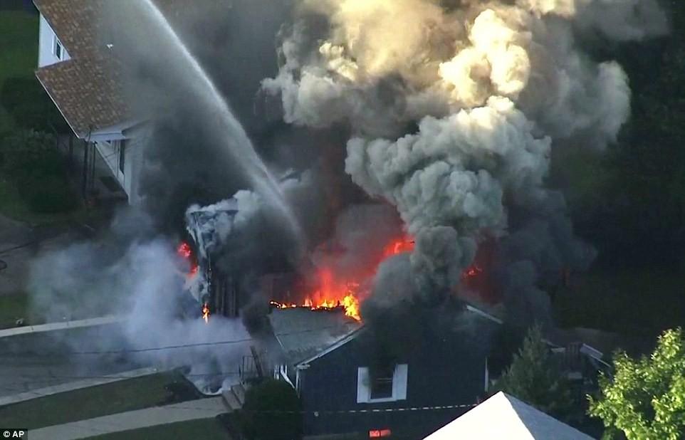 Hiện trường vụ 70 ngôi nhà cháy ngùn ngụt ở Mỹ nghi do nổ đường ống dẫn ga - Ảnh 3.