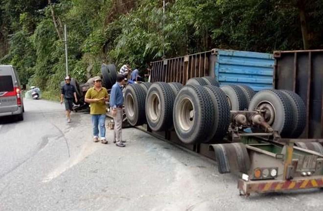 Container lao vào vách núi, người dân đập cửa giải cứu tài xế - Ảnh 2.