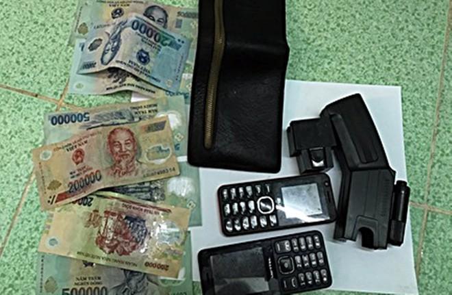 Bắt đối tượng dùng dao và roi điện cướp tài sản của người đi đường - Ảnh 1.