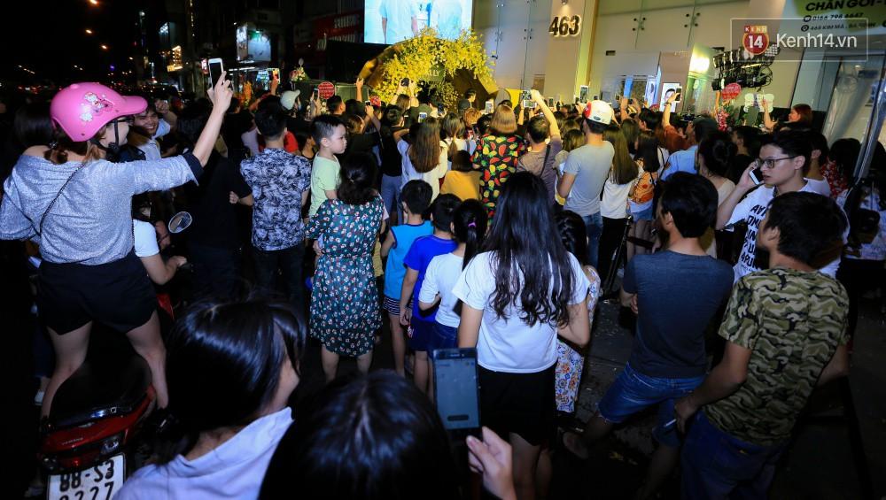 Noo Phước Thịnh gây tắc nghẽn đường phố Hà Nội, hội ngộ My Sói Thu Quỳnh tại sự kiện - Ảnh 6.