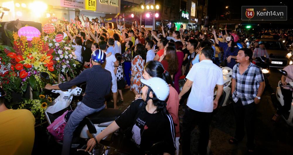 Noo Phước Thịnh gây tắc nghẽn đường phố Hà Nội, hội ngộ My Sói Thu Quỳnh tại sự kiện - Ảnh 5.