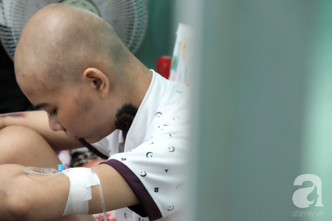 """Tâm sự quặn lòng của người mẹ một mình chăm con ung thư vòm họng: """"Bé mới đón trung thu lần đầu trong viện, không biết còn có lần sau"""" - Ảnh 3."""