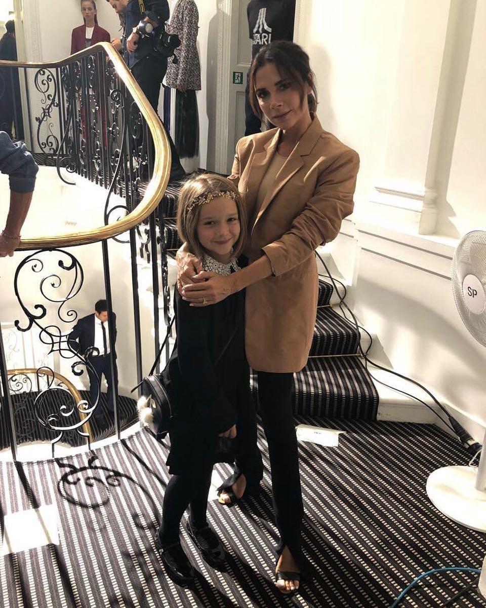 Đại gia đình Beckham mặc cực chất dự show của mẹ Vic, bé Harper xinh như công chúa, sơn móng tay đen táo bạo - Ảnh 11.