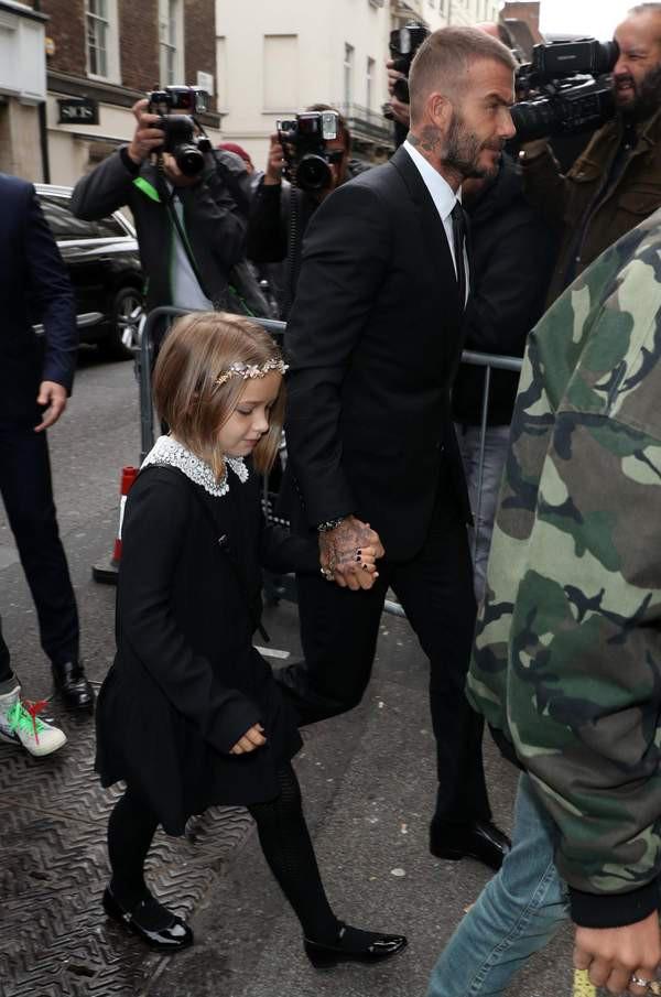 Đại gia đình Beckham mặc cực chất dự show của mẹ Vic, bé Harper xinh như công chúa, sơn móng tay đen táo bạo - Ảnh 3.