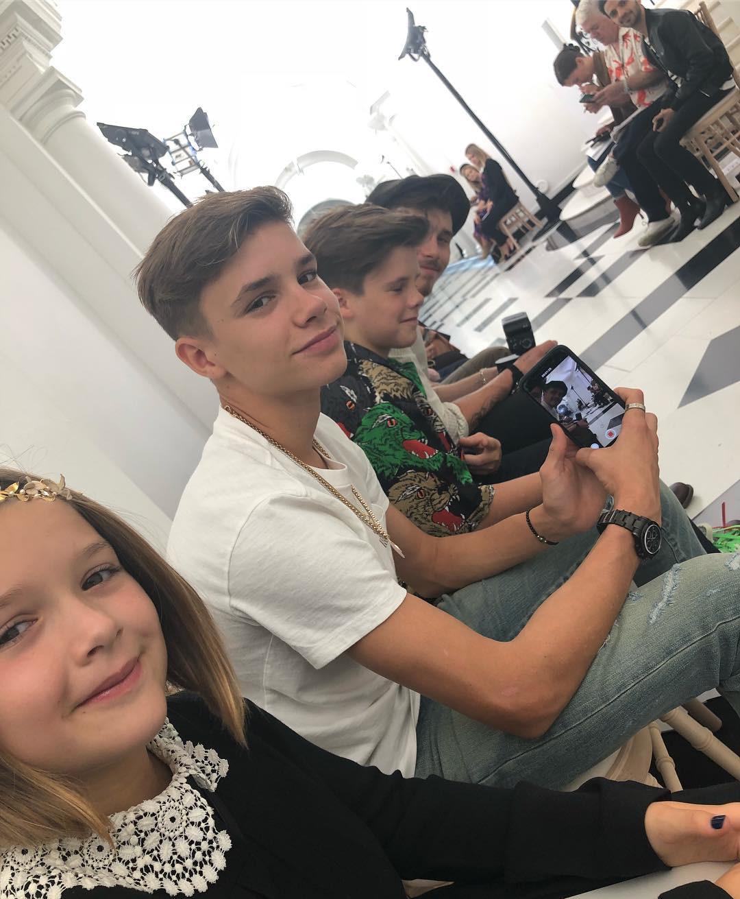 Đại gia đình Beckham mặc cực chất dự show của mẹ Vic, bé Harper xinh như công chúa, sơn móng tay đen táo bạo - Ảnh 5.