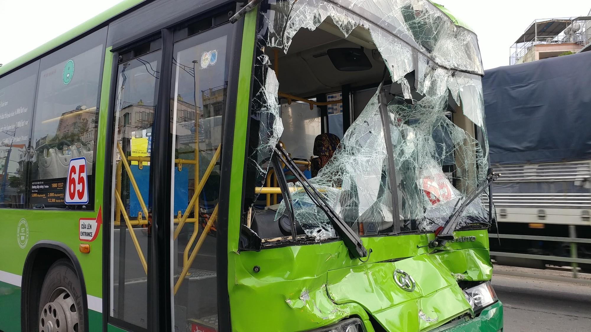 Khách hoản loạn la hét khi xe buýt nát đầu sau tai nạn liên hoàn trước hầm chui ở Sài Gòn - Ảnh 2.