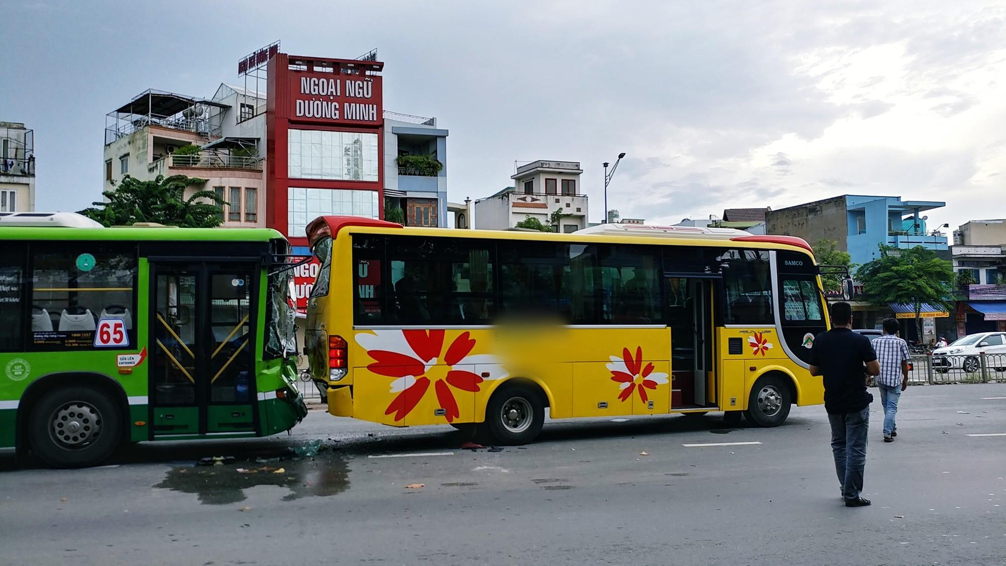 Khách hoản loạn la hét khi xe buýt nát đầu sau tai nạn liên hoàn trước hầm chui ở Sài Gòn - Ảnh 1.