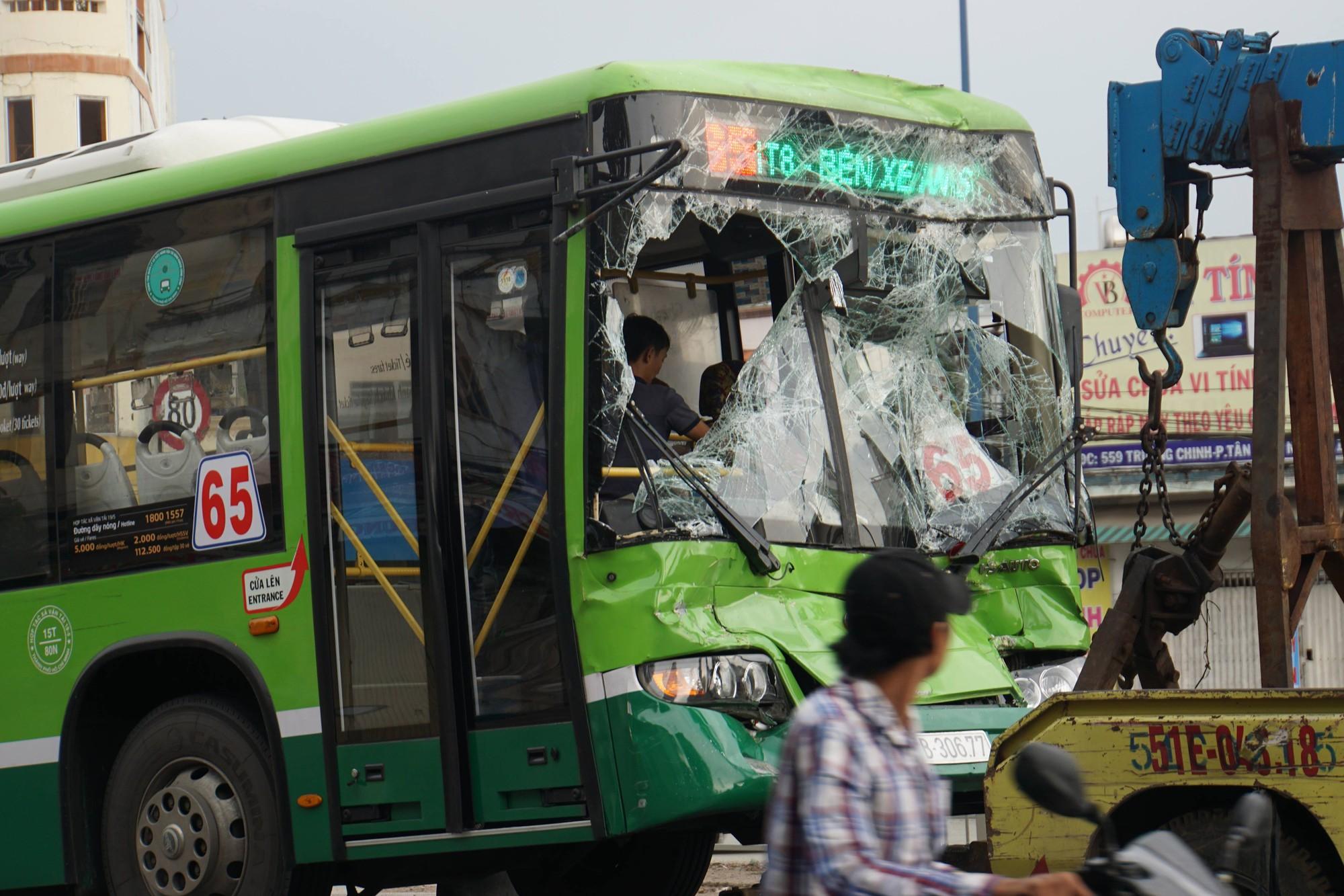 Khách hoản loạn la hét khi xe buýt nát đầu sau tai nạn liên hoàn trước hầm chui ở Sài Gòn - Ảnh 3.