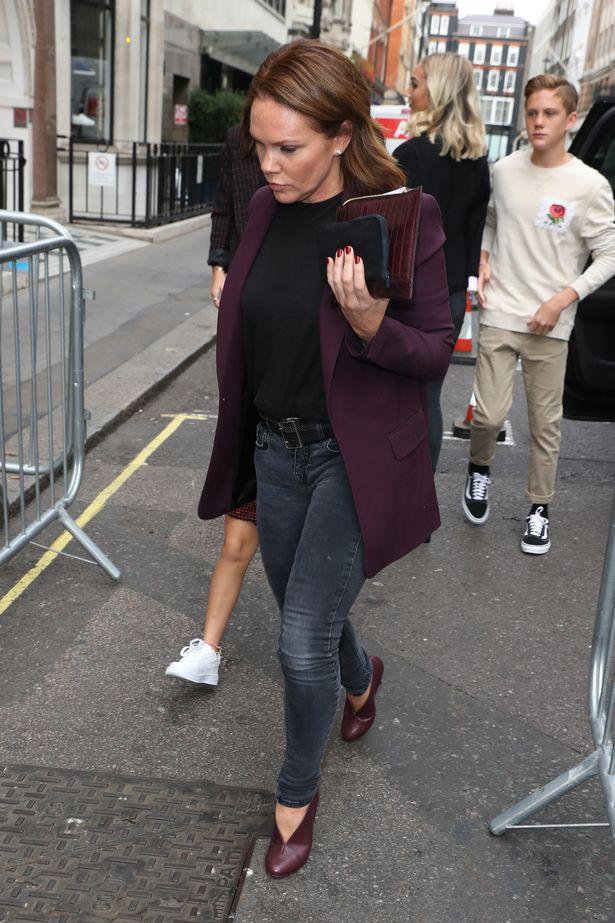 Đại gia đình Beckham mặc cực chất dự show của mẹ Vic, bé Harper xinh như công chúa, sơn móng tay đen táo bạo - Ảnh 7.